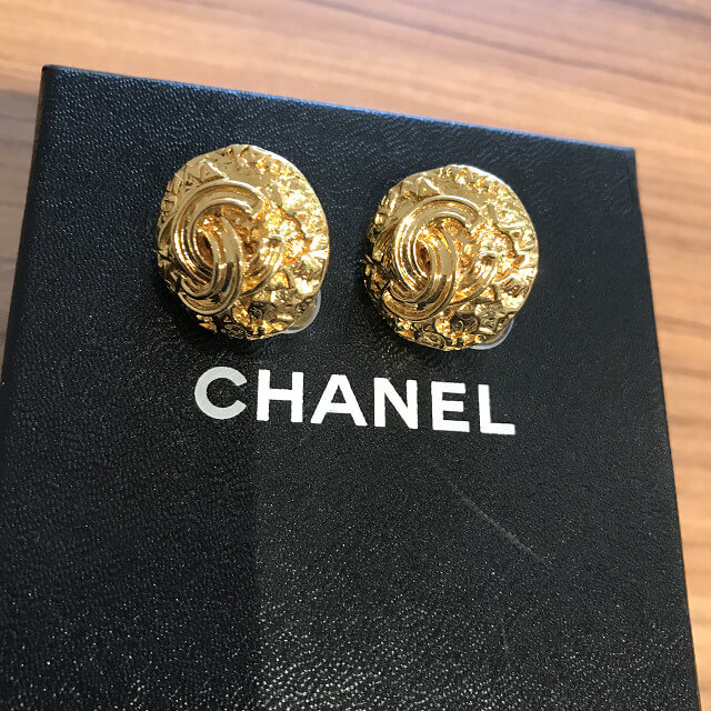 谷町六丁目のお客様からヴィンテージシャネルのゴールドイヤリングを買取_03
