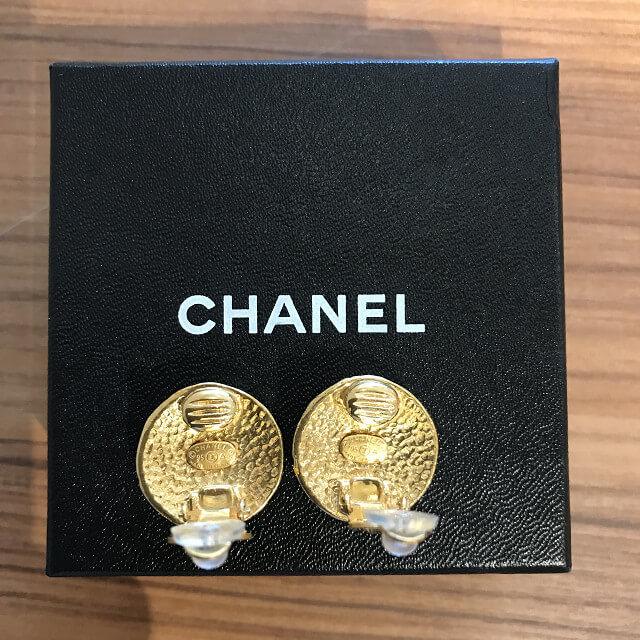 谷町六丁目のお客様からヴィンテージシャネルのゴールドイヤリングを買取_04