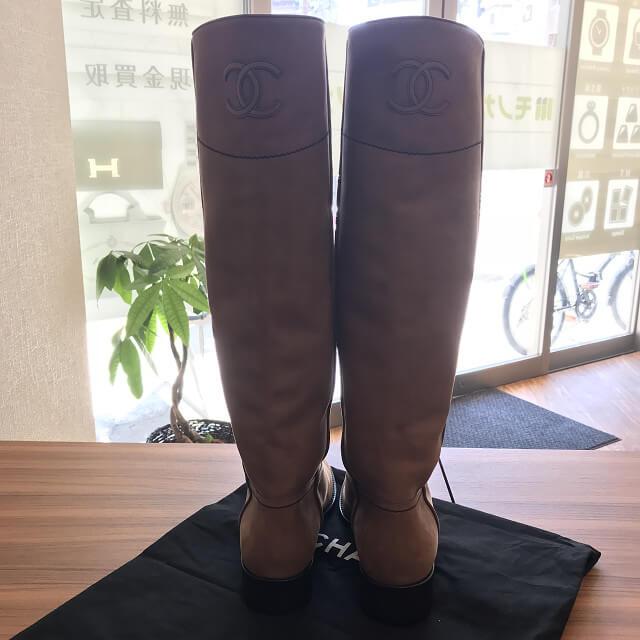 西宮のお客様からシャネルのレザーロングブーツを買取_02
