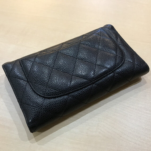 二俣川からシャネルのキャビアスキンの三つ折り財布を買取_03