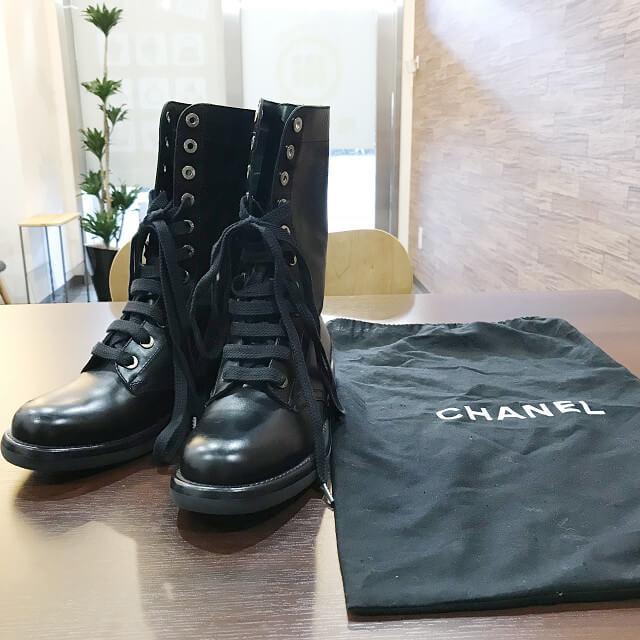 大阪梅田のお客様からシャネルのワークブーツを買取_02