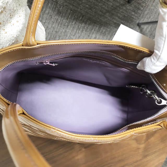 緑橋店にてシャネルのエナメル素材の【復刻トート】バッグを買取_03