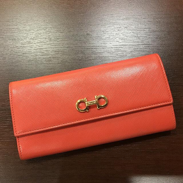 堺のお客様からフェラガモの二つ折り財布を買取_02