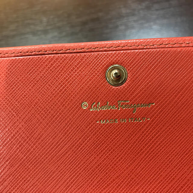 堺のお客様からフェラガモの二つ折り財布を買取_04