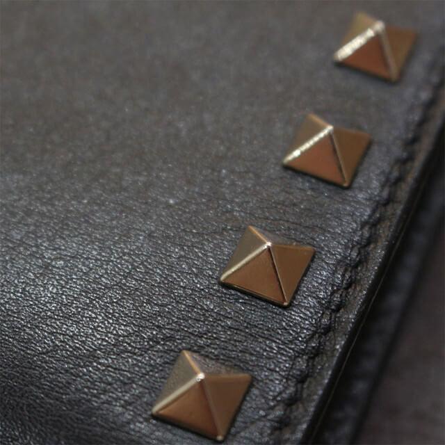 北見店にてヴァレンティノのロックスタッズラウンドファスナー長財布を買取_03