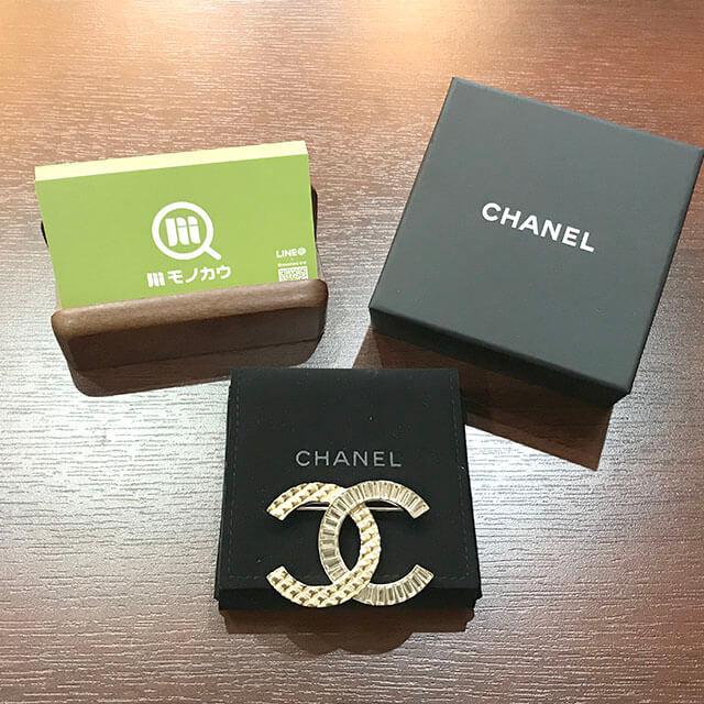 なんばのお客様からシャネルのラインストーンブローチを買取_01