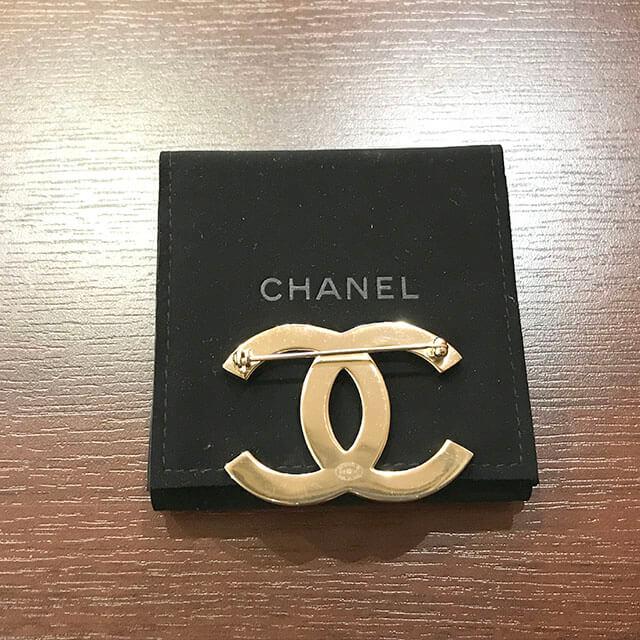 なんばのお客様からシャネルのラインストーンブローチを買取_02