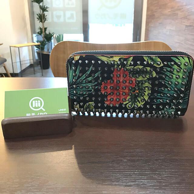 鶴橋のお客様からルブタンのスタッズ長財布を買取_01