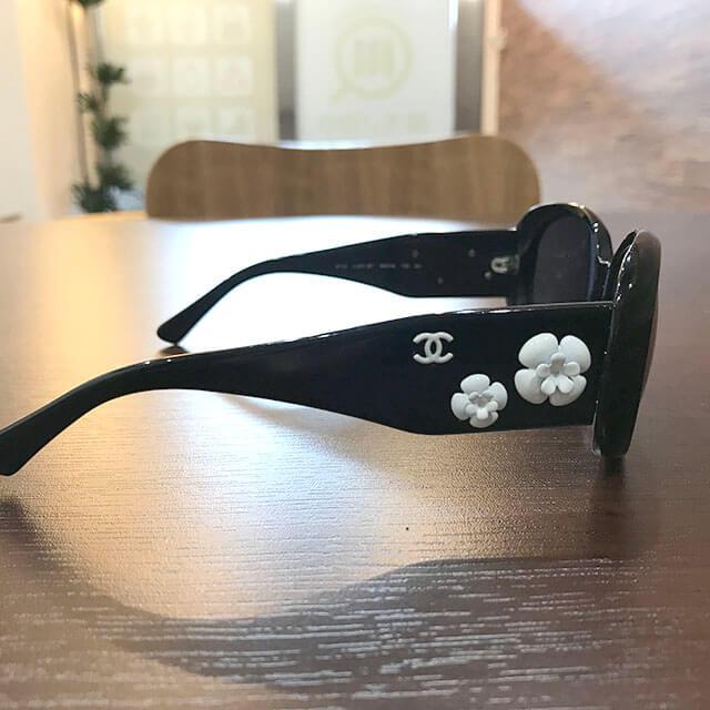 布施のお客様からシャネルのカメリアサングラスを買取_03