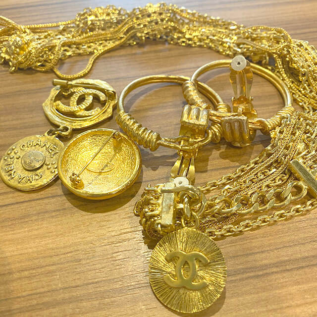我孫子のお客様からヴィンテージシャネルのイヤリングやブローチを買取_02